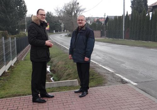 Grzegorz Sikorski i Mieczysław Szczurek na ulicy Cieszyńskiej w Pogwizdowie/ fot. mat.pras.