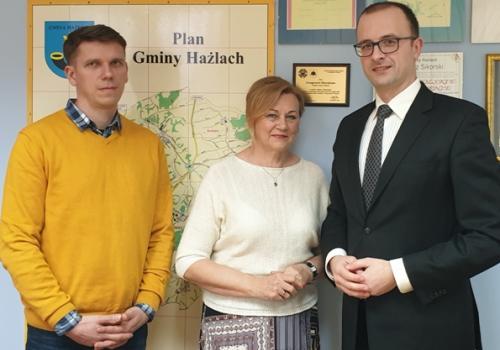 Wójt Grzegorz Sikorski z krewnymi prof. Wiktora Wawrzyczka / fot. mat. pras.