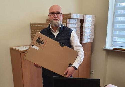 Burmistrz przekazał laptopy dyrektorom szkół. Fot: FB Przemysława Korcza
