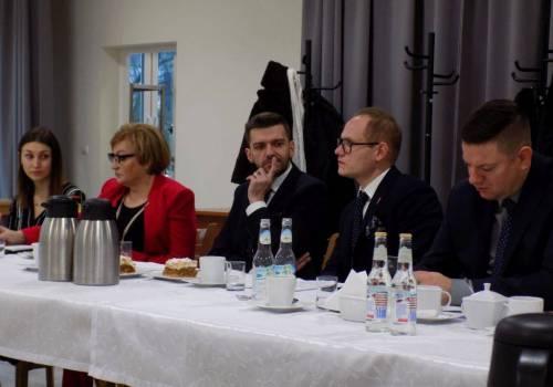Wójt Jaworza Radosław Ostałkiewicz (w środku) ma sporo do myślenia z lokalnym samorządem. Fot. KR/ox.pl