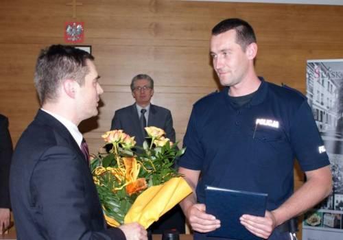 Młodszy aspirant Piotr Glenc został najlepszym dzielnicowym roku 2011 w powiecie cieszyńskim. Teraz potrzebuje pomocy. Fot: arc.ox.pl
