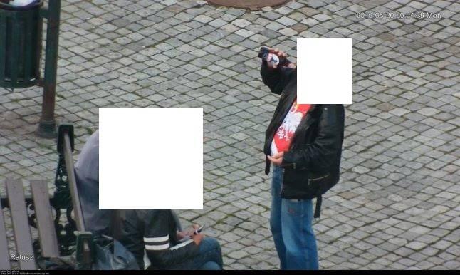 Bezdomny pijący alkohol na rynku w Cieszynie Fot: SM w Cieszynie
