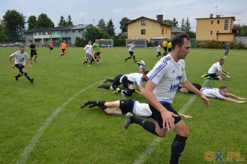 Piłkarze Pogórze nie kryli radości po ostatnim gwizdku, ponieważ dla nich był to udany sezon - zakończyli go na 4. miejscu, fot. Piotr Górecki