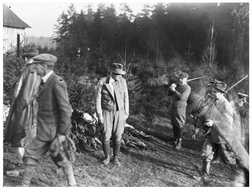 Prezydent RP Ignacy Mościcki (w środku, w kapeluszu) w grupie uczestników polowania. Widoczny także m.in. gen. Kazimierz Sosnkowski (na drugim planie, ze strzelbą na ramieniu) / fot. Narodowe Archiwum Cyfrowe