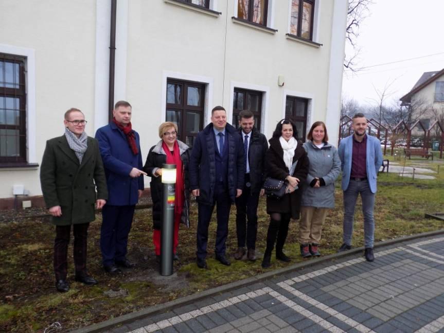 Zespół parlamentarny przy wskaźniku jakości powietrza umiejscowionym przy Urzędzie Gminy / fot. KR/ox.pl