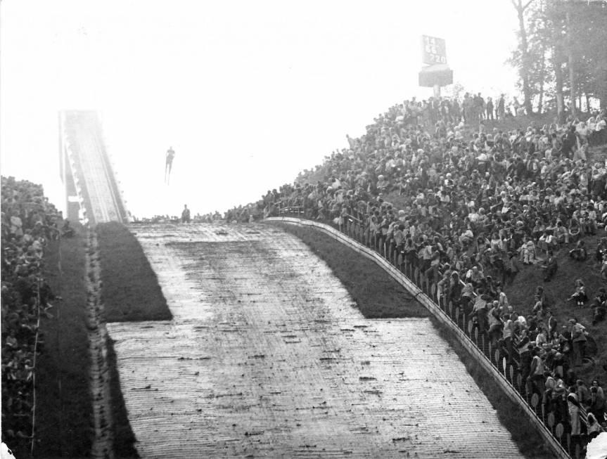 Publiczność zgromadzona na pierwszych letnich zawodach w 1973 roku. Fot. z archiwum klubu narciarskiego Dukla