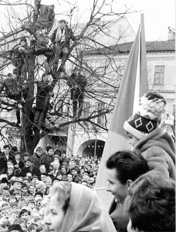 Jiří Raška witany we Frenštácie po zdobytym złotym i srebrnym medalu igrzysk w Grenoble. Fot. z archiwum klubu narciarskiego Dukla