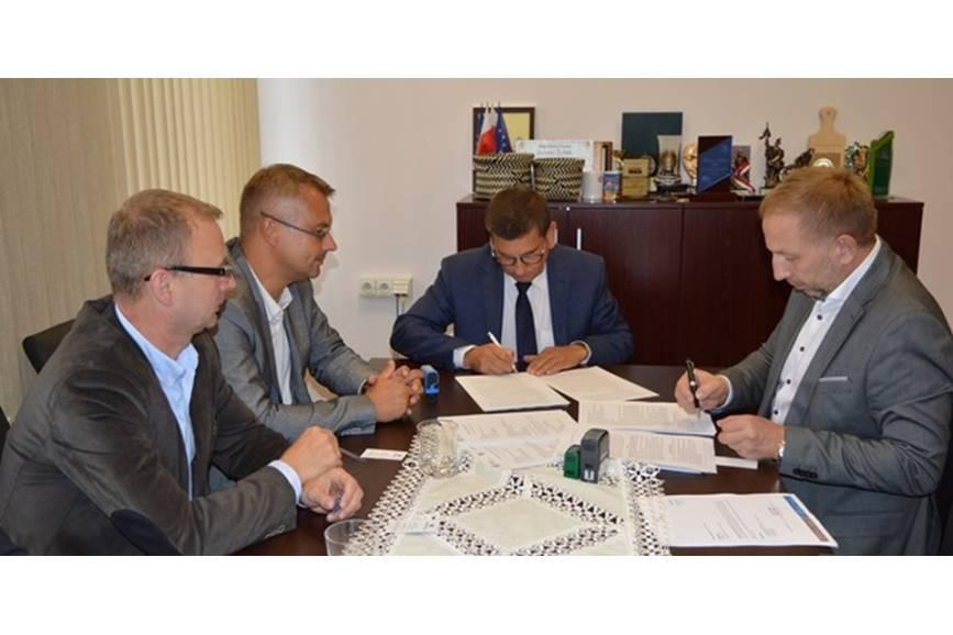 Podpisanie umowy prze wójta gminy oraz przedstawicieli firmy. Fot: UG Chybie