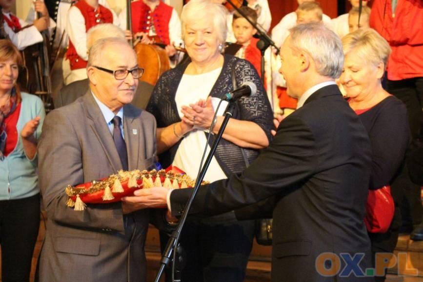W ubiegłym roku klucz do miasta symbolicznie przekazał seniorom burmistrz miasta. Fot:  arc.ox.pl