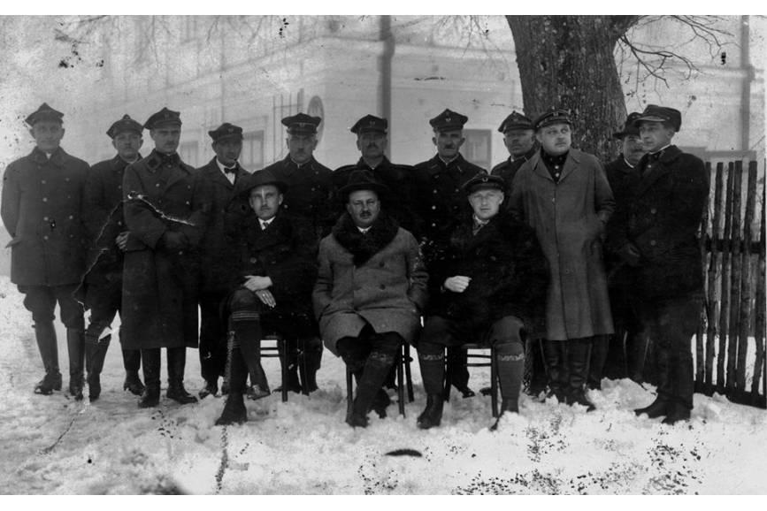 Zarząd nadleśnictwa Wisły w 1930 - w centralnym miejscu nadleśniczy Jan Małysz / źródło: profil facebookowy Nadleśnictwa Wisła