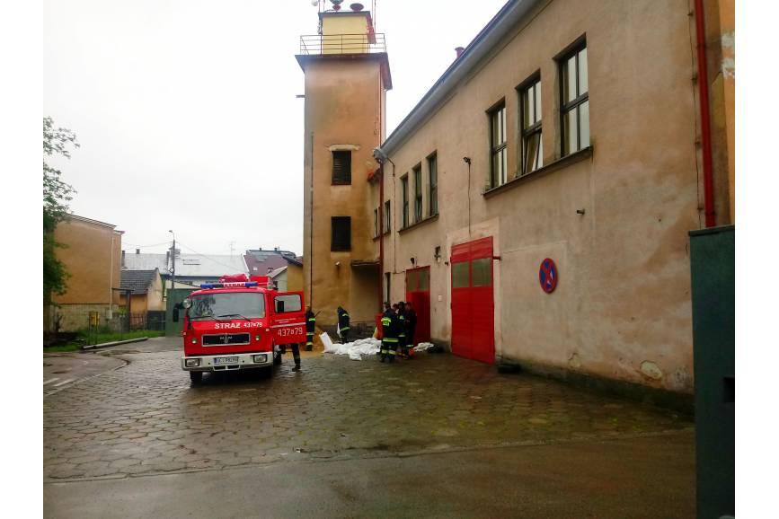Wywóz worków z piaskiem na ul. Rozdroże w Międzyświeciu / fot. KR/ox.pl