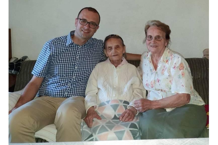 Na zdjęciu od lewej: Grzegorz Sikorski, Ema Tomasz oraz jej córka Halina Kudzin/ zdjęcie dzięki uprzejmości Grzegorza Sikorskiego