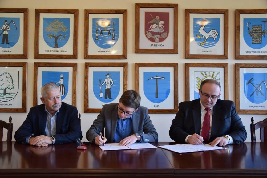 Podpisanie umowy z wykonawcą robót. Fot: UG w Jasienicy