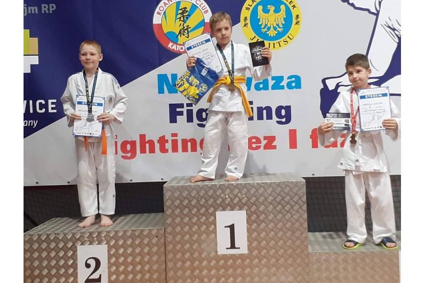 Kevin Michalski (na najwyższym stopniu podium) sięgnął po trzy medale podczas Mistrzostw Śląska w ju-jitsu, fot. KS Cieszyn