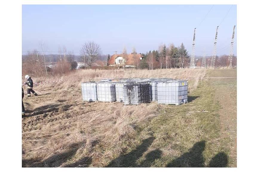 Zdjęcia zabezpieczanych pojemników odnalezionych wczoraj w Wiślicy/ fot. OSP Ochaby