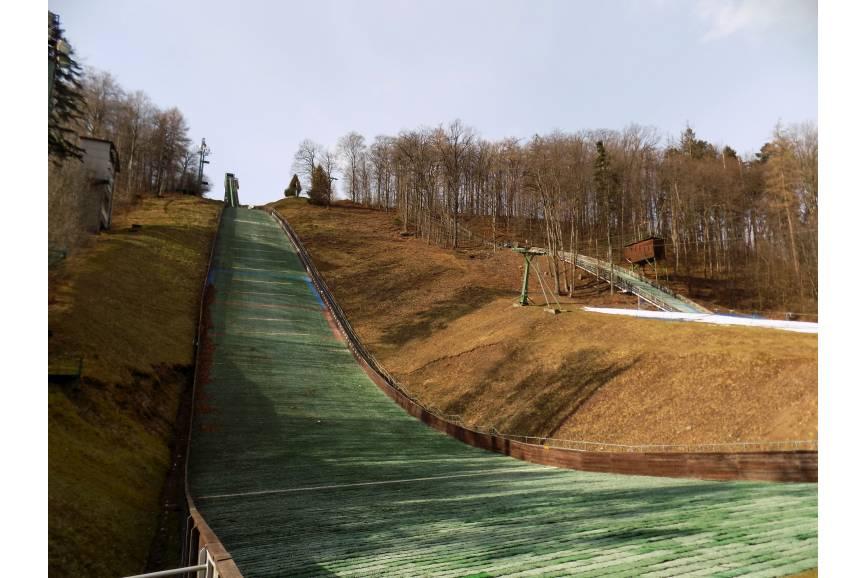 Po lewej skocznia o punkcie konstrukcyjnym usytuowanym na 90. metrze, a po prawej - K-42. Fot. KR/ox.pl