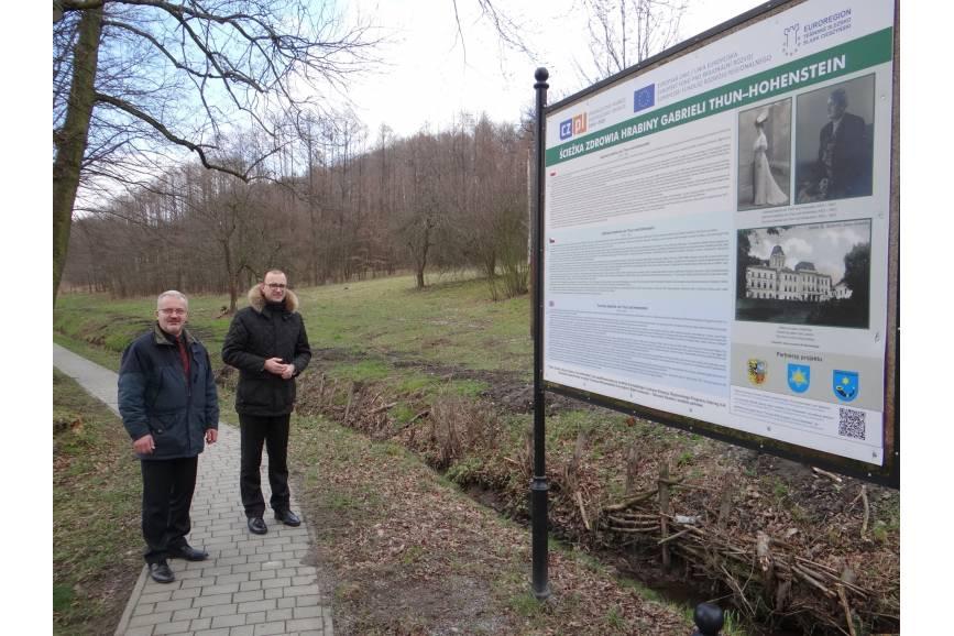 Starosta Mieczysław Szczurek i Wójt Hażlacha Grzegorz Sikorski przy działce w Kończycach Wielkich/ fot. mat. pras.