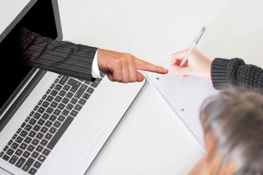 Uczniowie w tej chwili muszą kontaktować się z nauczycielami zdalnie. Fot: Pixabay.com