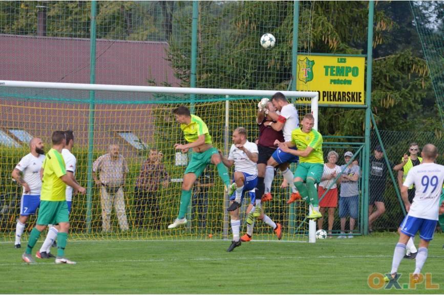 Piątka piłkarzy rzucający się na lecącą w górze piłkę