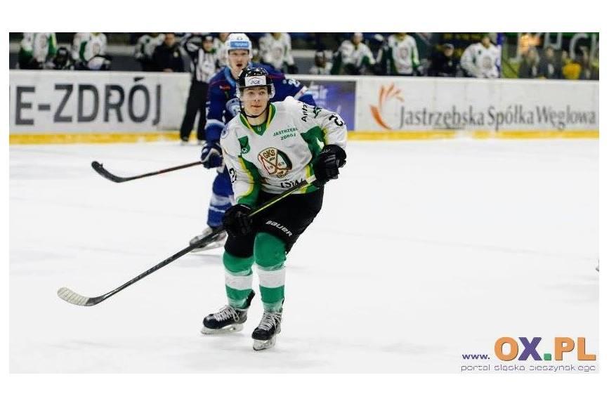Dwójka hokeistów z przeciwnych drużyn na lodzie trzymających kije do hokeja