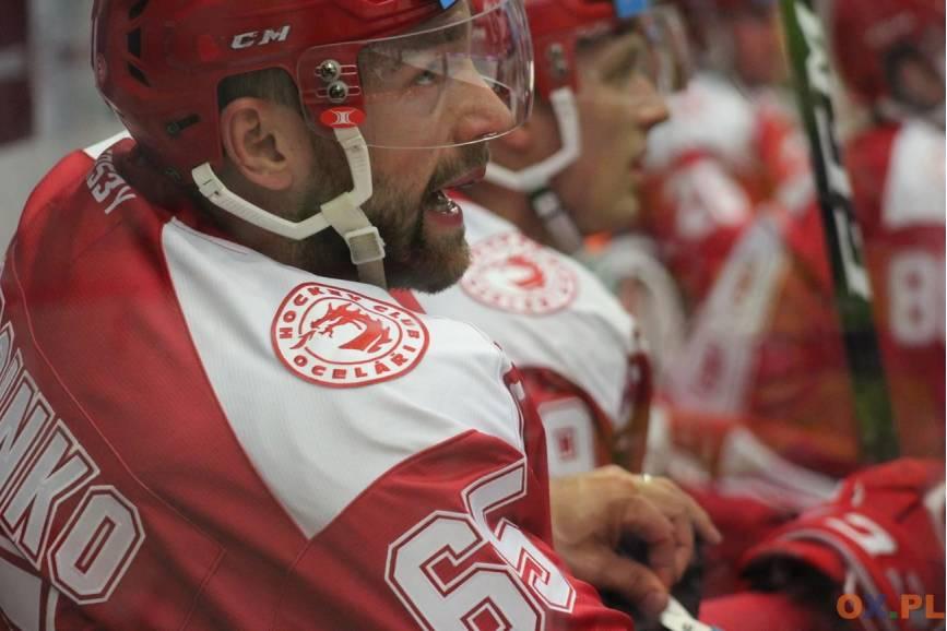 Charakterystyczny portret Hokeisty ubranego w specjalny strój do grania w hokeja